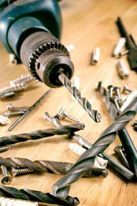 Bohrmaschine mit Bohrhammer und Schrauben