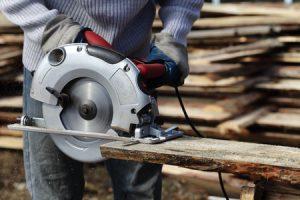 Handliche Kreissäge sägt Holzbalken